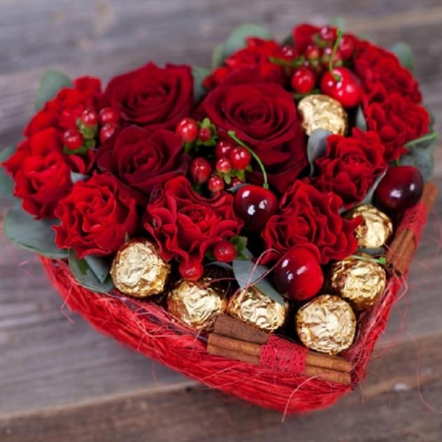 Сердце с розами, вишней и конфетами