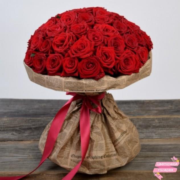 Букет  из 51 красной розы оформленный в крафт бумагу