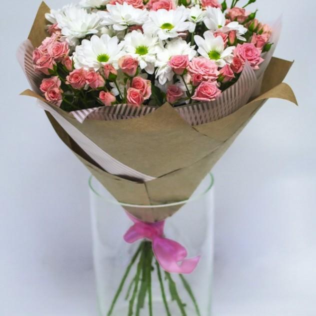 Букет из кустовой розы и хризантем